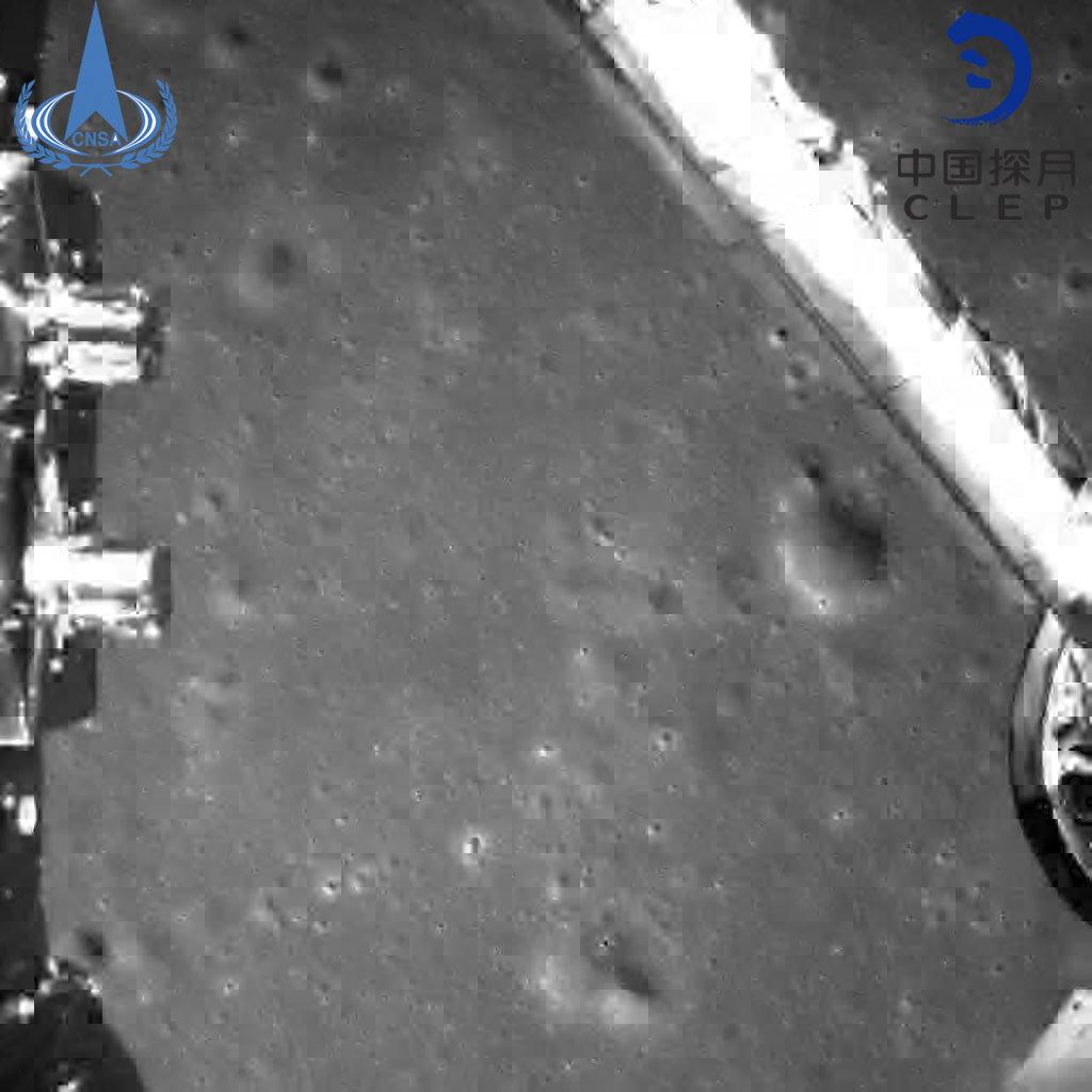 嫦娥四号探测器成功着陆月球背面 传回世界第一张近距离拍摄月背影像图