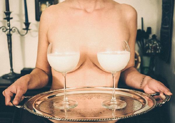 先生。请问想喝那杯奶呢?