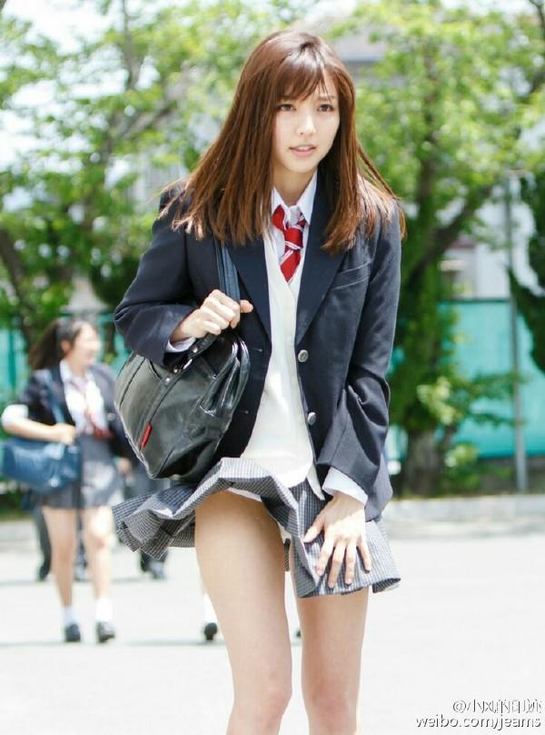 日本女生酷爱超短裙:不惧走光