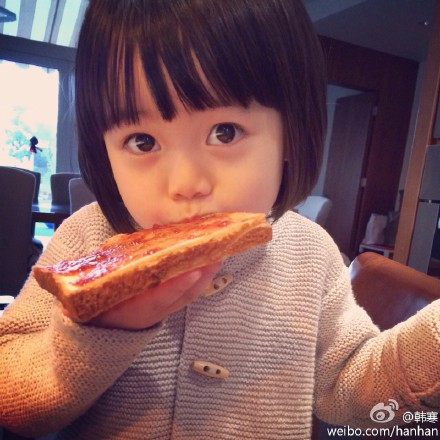 韩寒女儿吃面包