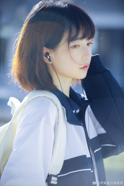 同学,那个…耳机可以分我一半吗?