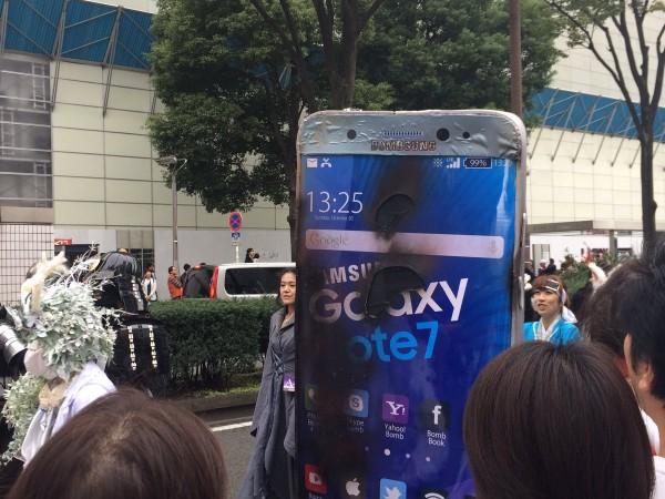 爆炸后的Note 7 – 万圣节日本街头最亮的一个Cosplay的照片