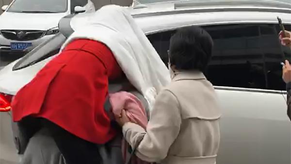 马蓉伤照被指摆拍,后被友人背着跑出院,网友:那我们来P图吧!的照片 - 1