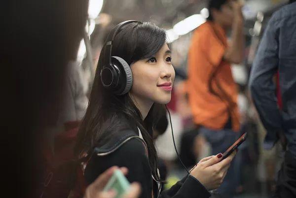 地铁里戴耳机听歌过夜致聋 耳机错误用法你中了几个?的照片