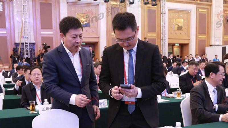 余承东变身推销员 向马化腾介绍Mate X手机的照片 - 1