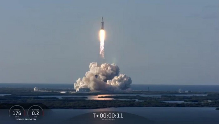 """SpaceX首次成功回收""""重型猎鹰""""火箭所有三个助推器"""