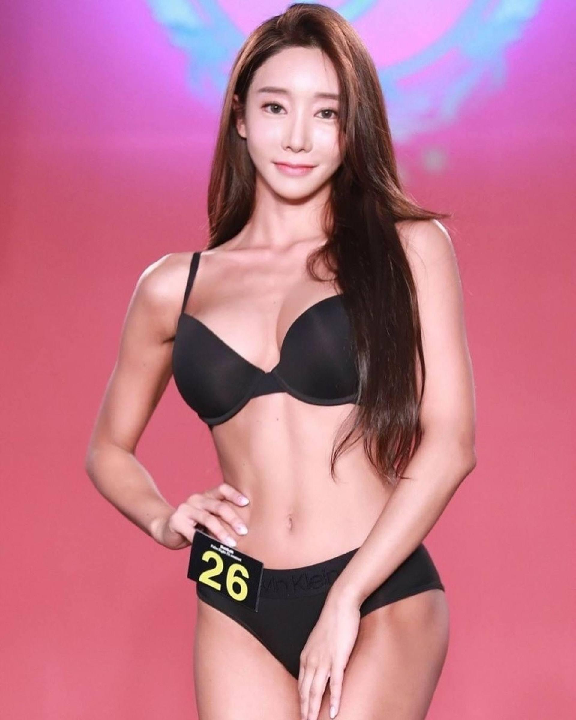 韩国健美小姐吴彩源半裸拍杂志,大晒蚂蚁腰展现健康性感美插图(9)