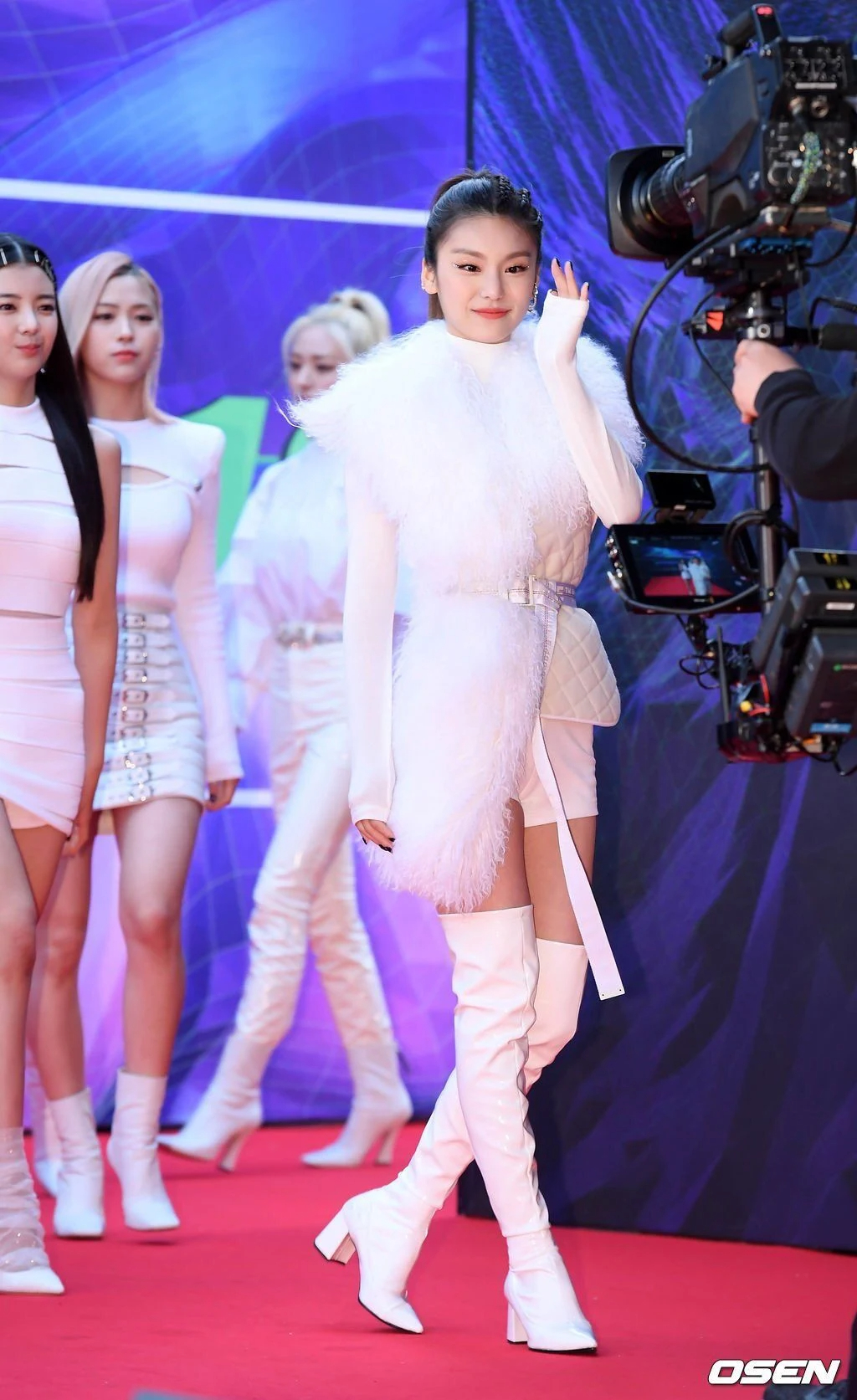 韩国女团ITZY成员黄礼志(YEJI)10大最让人惊艳的红毯造型插图(13)