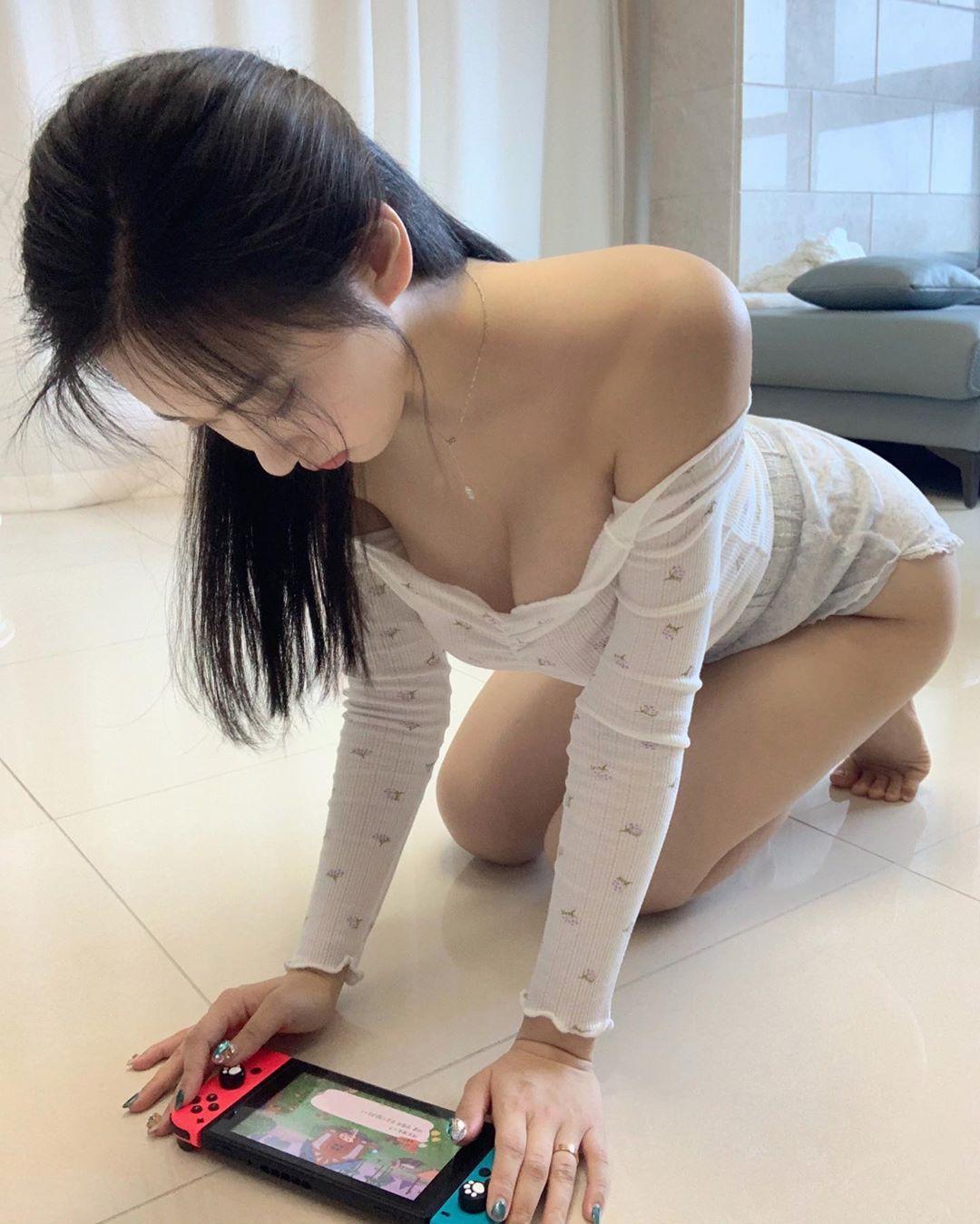 妹子玩游戏的姿势有点新奇
