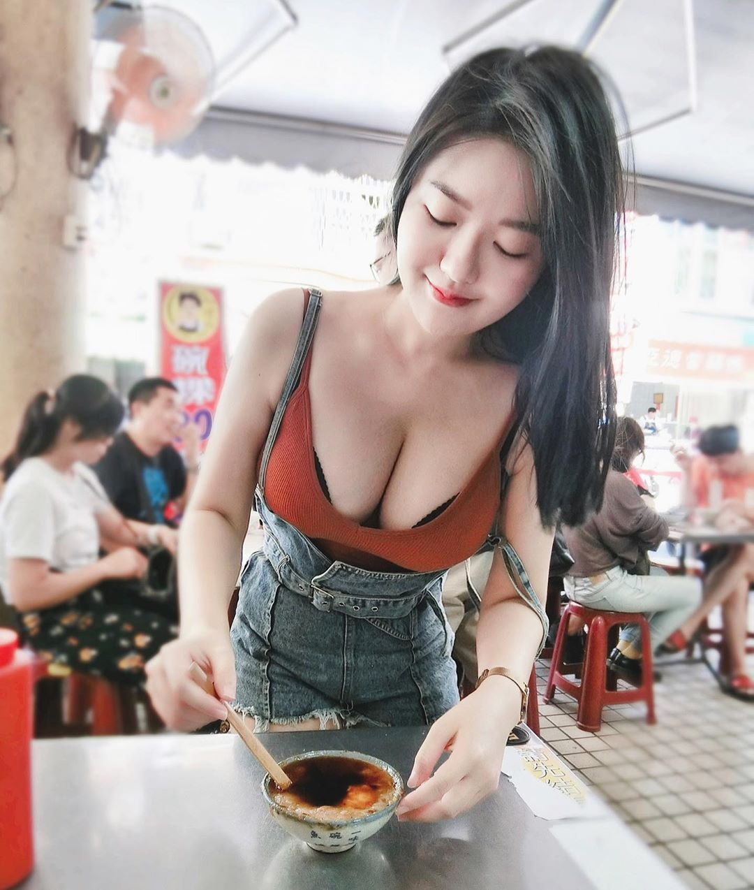 白嫩大胸妹Judy Chiu穿着性感小背心逛夜市