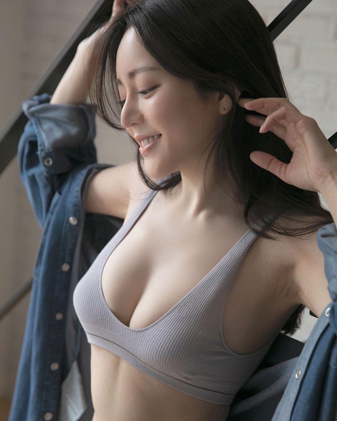 日本大胃王美女细肩带背心内衣饱满胸型外泄 养眼图片 第2张