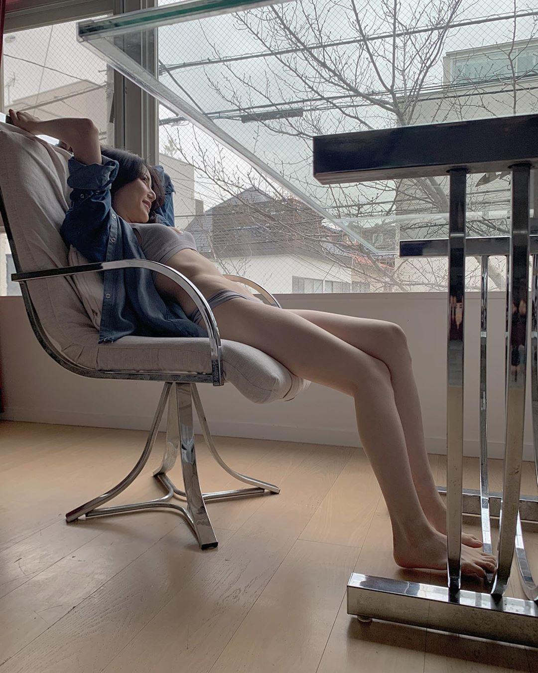 日本大胃王美女细肩带背心内衣饱满胸型外泄 养眼图片 第3张