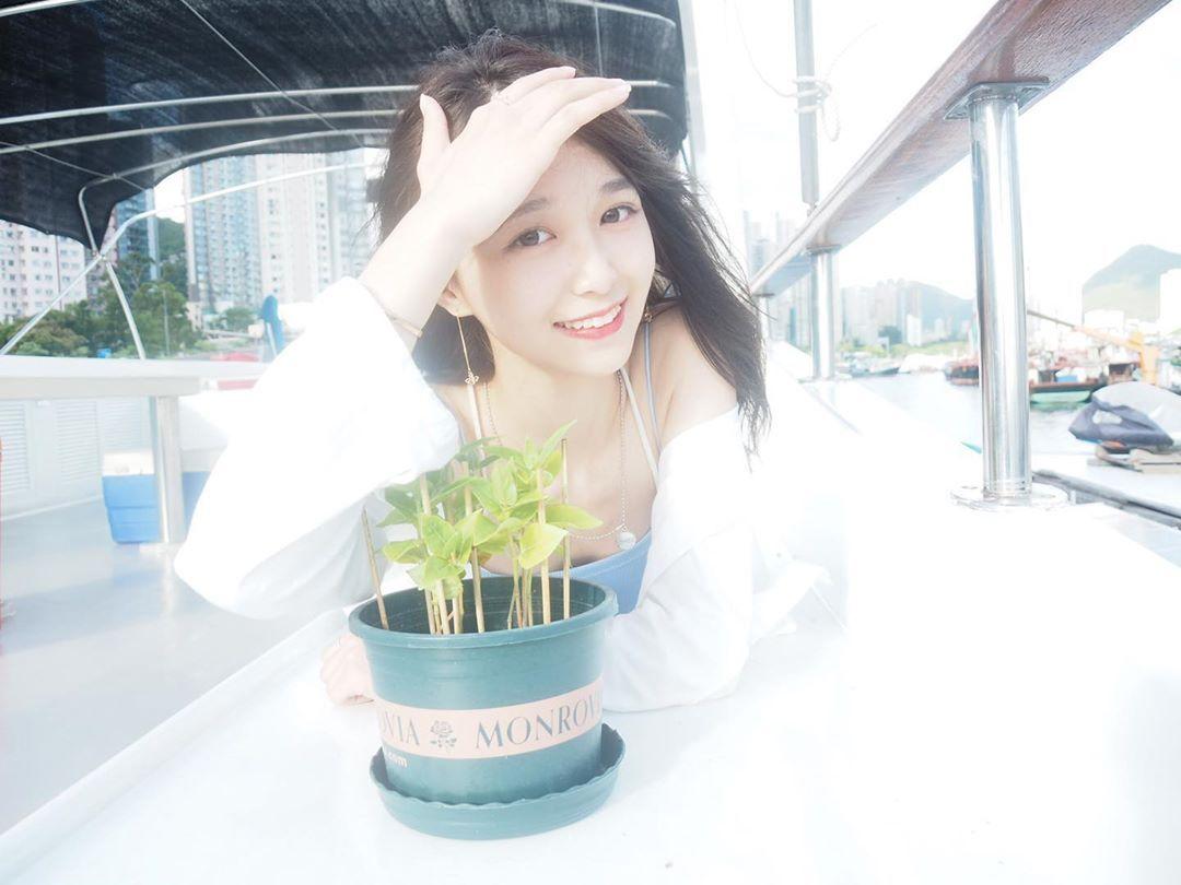 年轻小天菜!17岁香港萌妹「Coco Wang」甜力笑容太梦幻,不经意的性感美秒速圈粉!-新图包