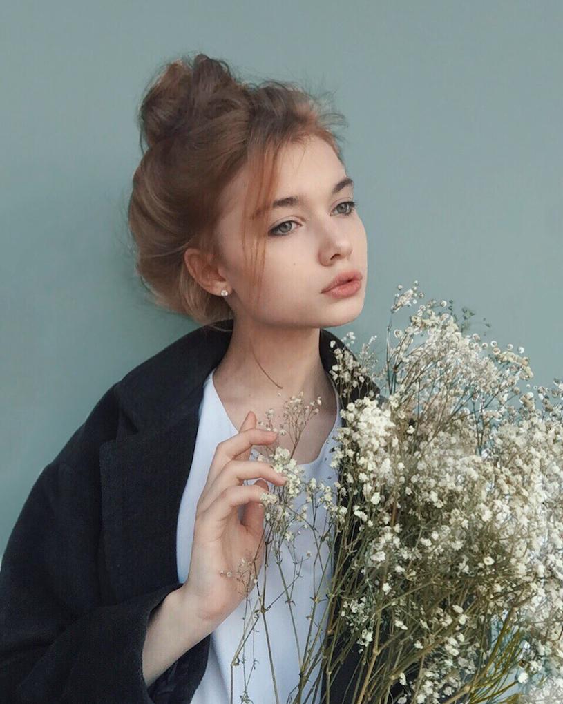精灵系18岁女孩高领衣凸显性感曲线,侧脸廓深叫人迷恋. 养眼图片 第8张