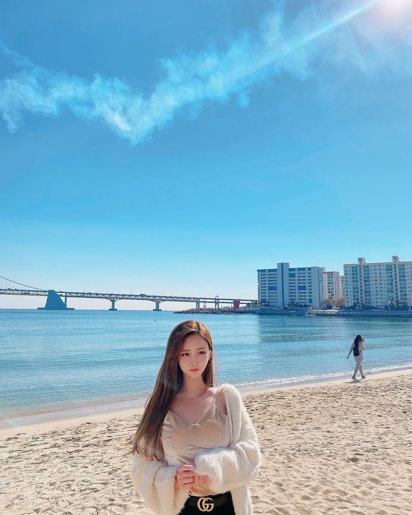 【6upoker】爱穿蓝色紧身衣的「火辣童颜妹」,过生日时转换「性感成熟风」!