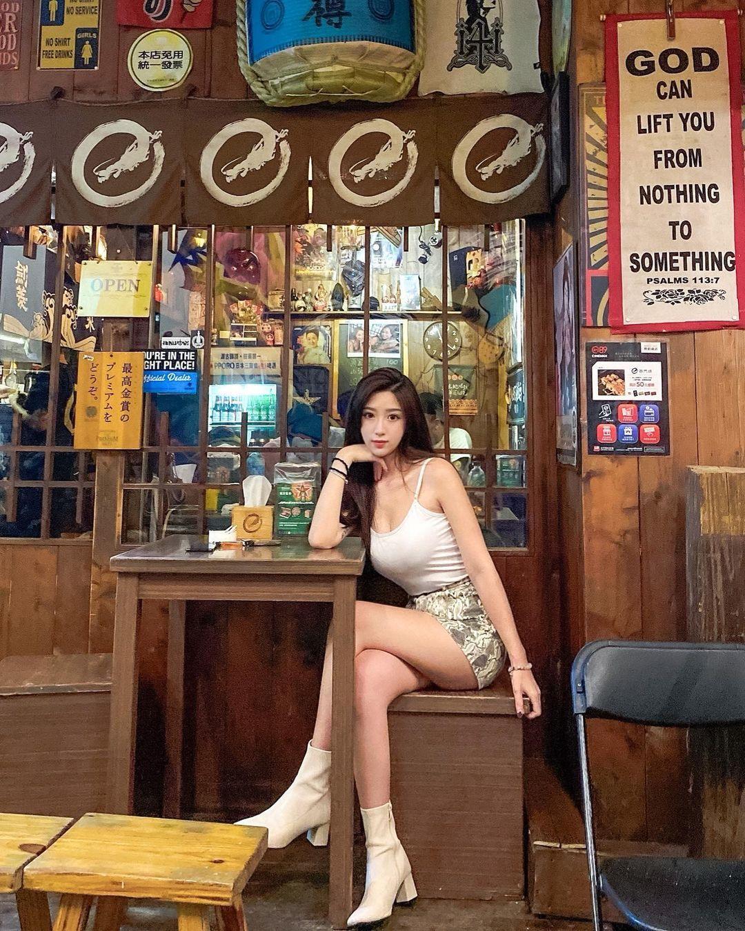气质长腿美女Patty,贴身洋装秀白嫩香肩和S型曲线 网络美女 第18张