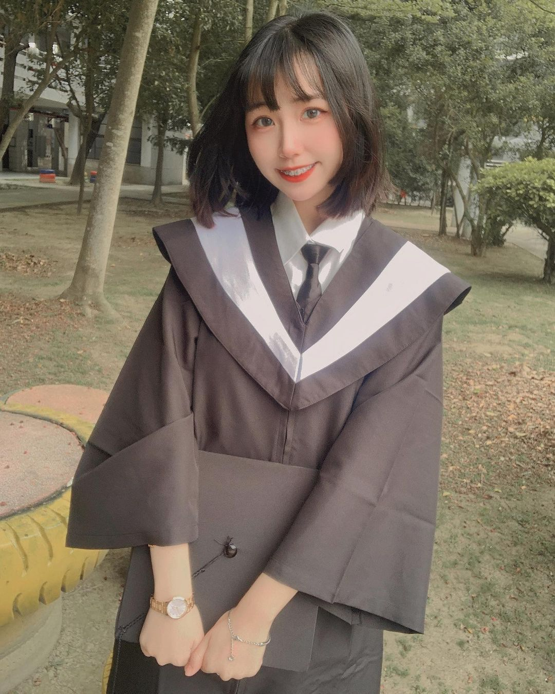 最美毕业生!医护专科正妹「鹿媗」学士照好甜美,穿上白袍气质满分!