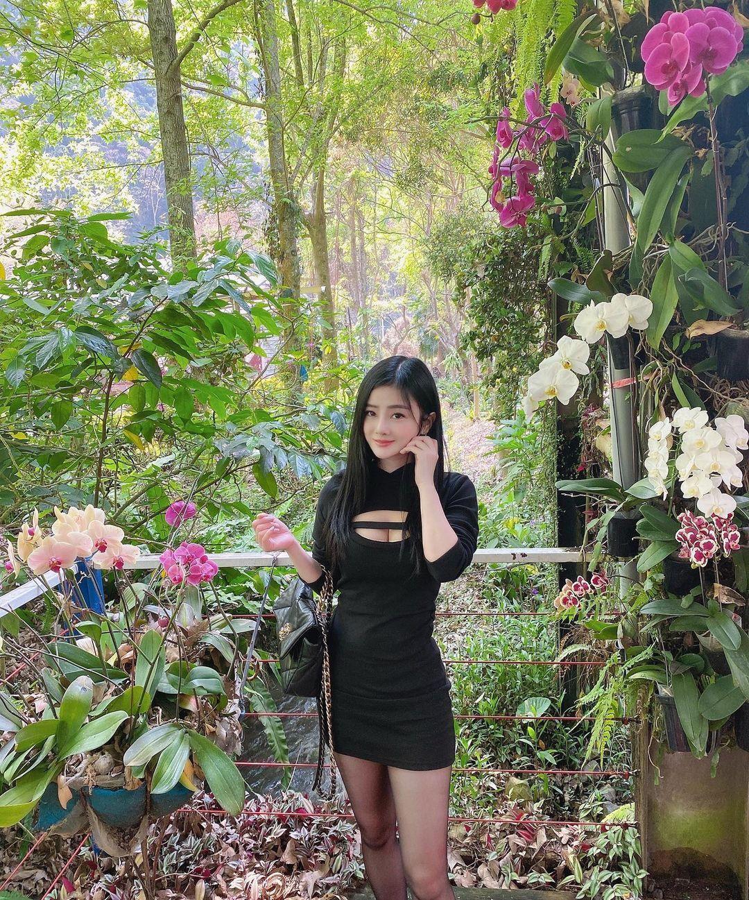 长发正妹OLvivi02257白衬衫黑窄裙前凸后翘S曲线 宅男吧 热图4