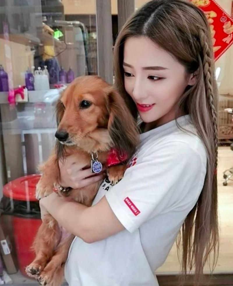 超正宠物美容师「姜姜」,长发电眼还有「迷人」,网友通通想当她怀里的狗!-新图包