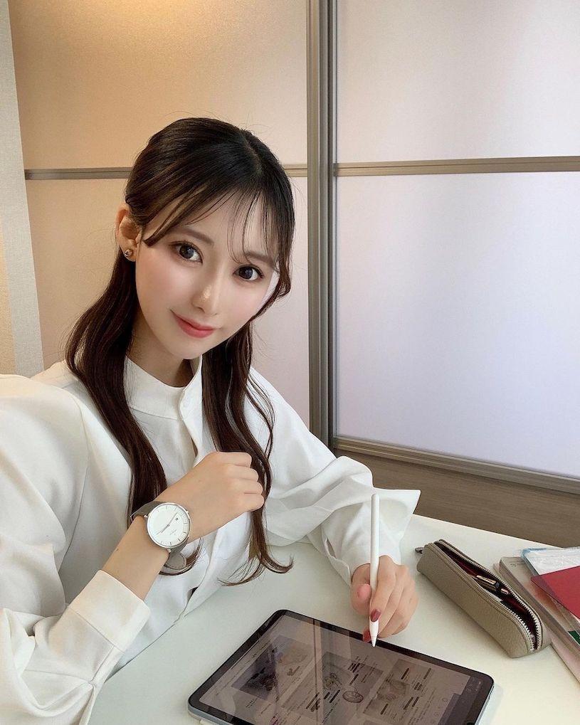 20岁正妹医学生「露出性感香肩」,运动时的造型「曲线辣翻」!插图(2)