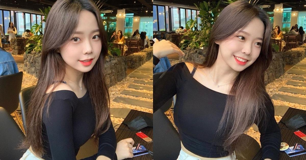 网红学生妹子유 빈用餐视角太迷人,紧身装魅力满分!
