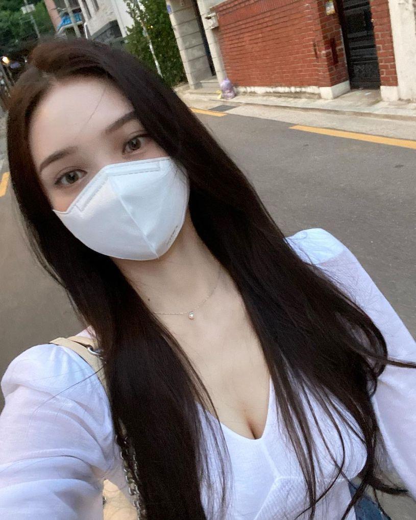 口罩正妹「 정 나 은 」上街打扮好火辣,浑圆特别显眼!-新图包
