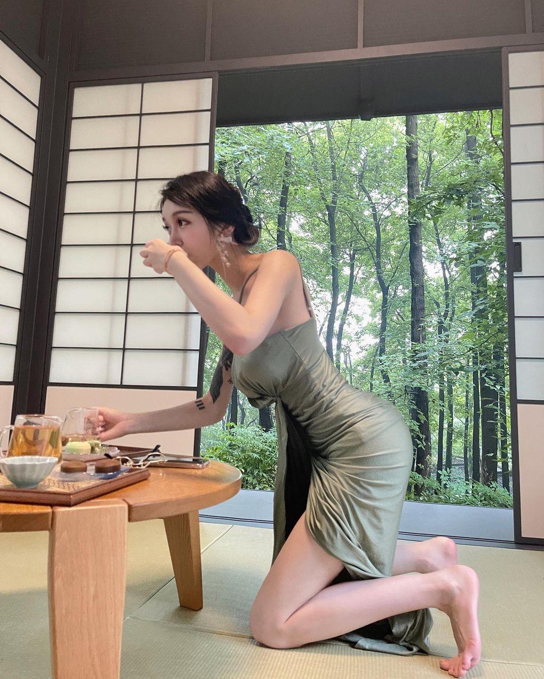 西湖龙井惊见气质正妹「艾莉ailly」优雅品茶,连身长裙挡不住前凸后翘S曲线-新图包