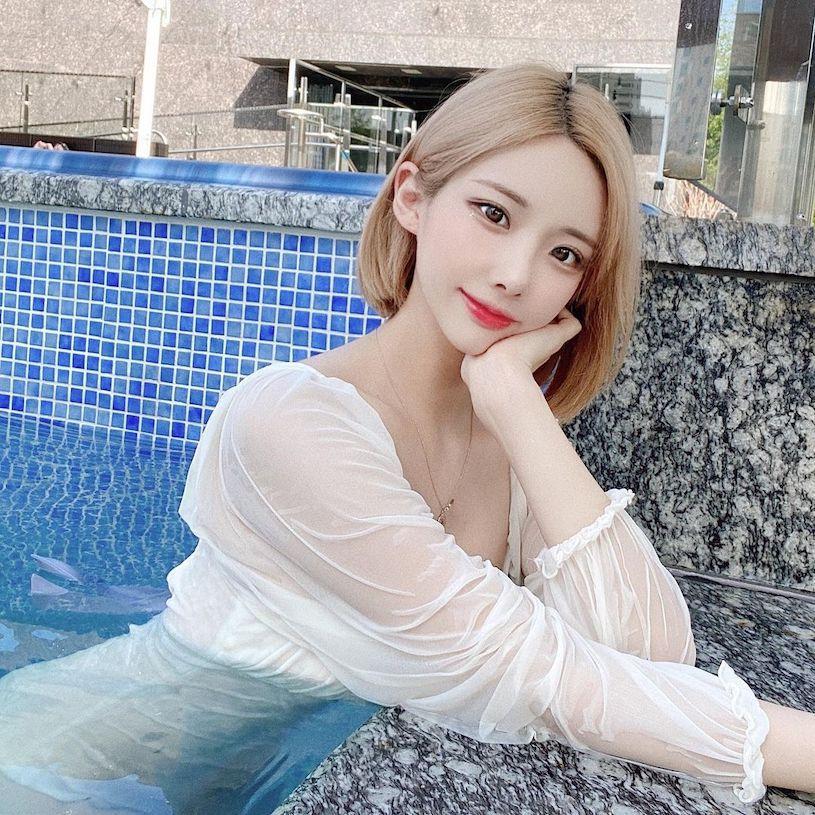 在泳池泡水的高颜值可爱妹子,透肤上衣展现火辣曲线 养眼图片 第12张