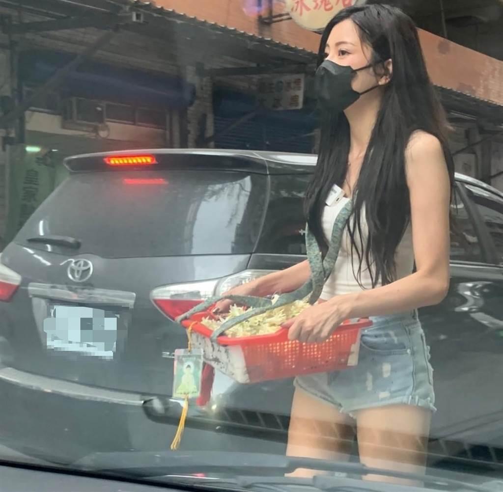 台北街头的「玉兰花美女」打扮火辣超养眼,网友热情表示:买到你提早下班. 养眼图片 第2张