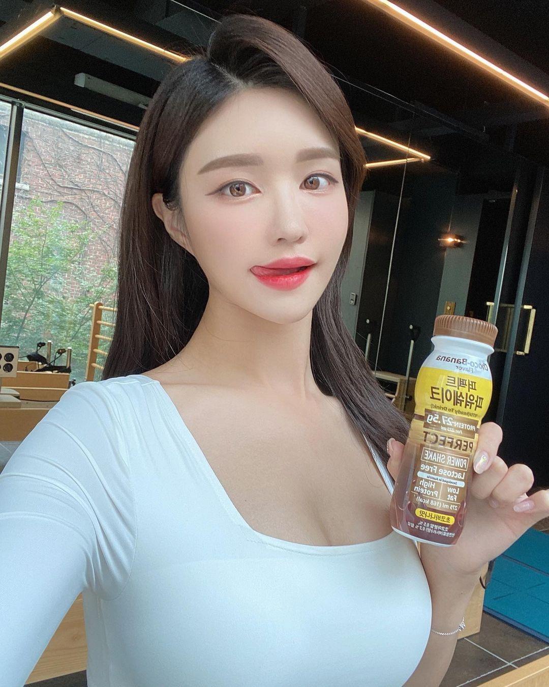 韩国美女主播「尹浩延」爱打高尔夫.球衣衬托超吸睛 养眼图片 第24张