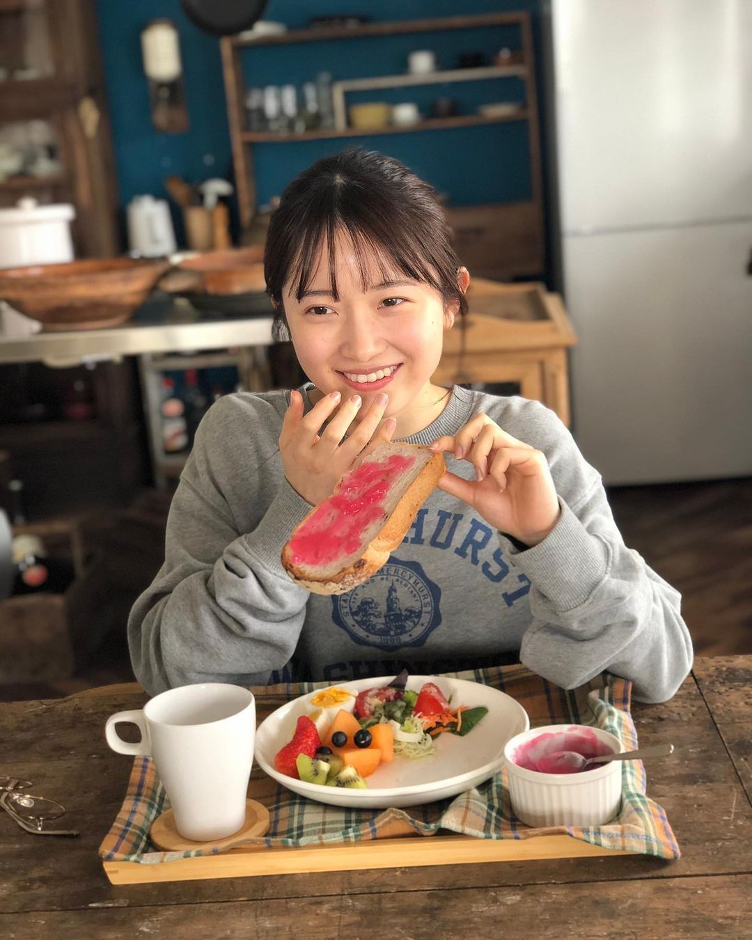 甜美小吃货森戸知沙希大口吃美食画面超疗愈疲惫心灵也跟着得到满足 养眼图片 第17张