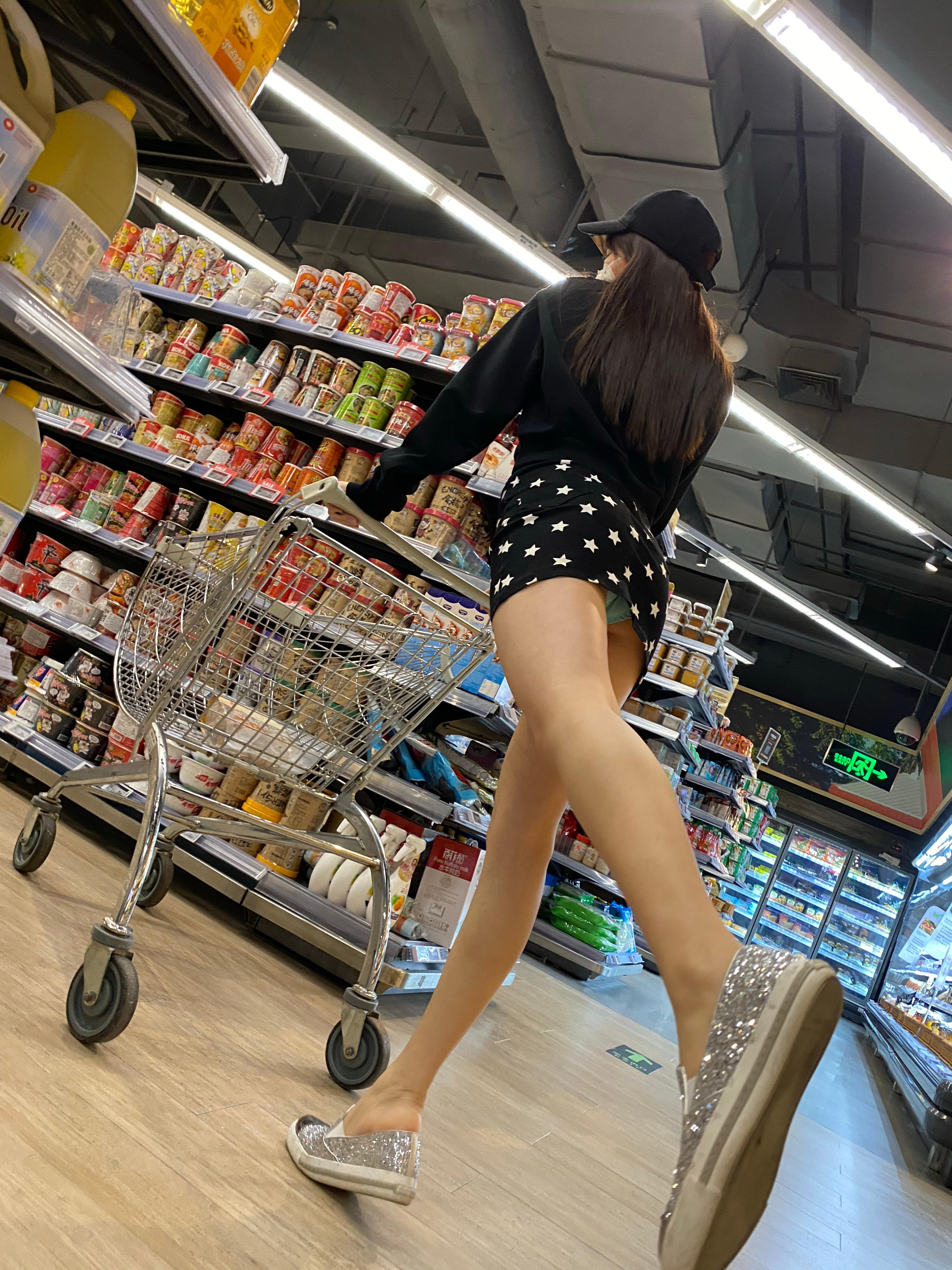 这个时间段超市里空荡荡的 妹子