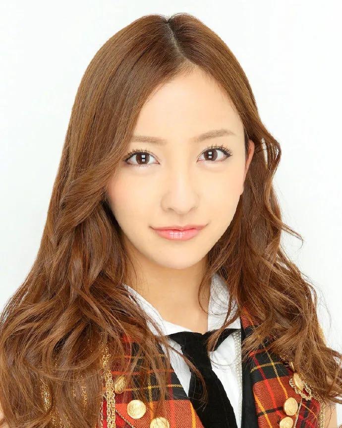日本AKB48初代神7之一的板野友美突然闪婚,丈夫居然还比自己小6岁 (5)