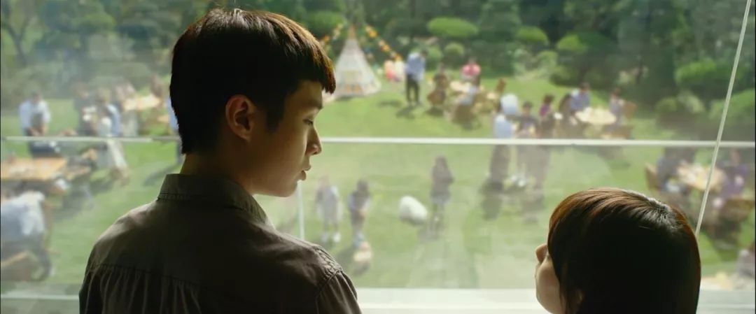 韩国电影《寄生虫》谎言说多了便会迷失自己,且会因此而失去原本就岌岌可危的尊严 (27)