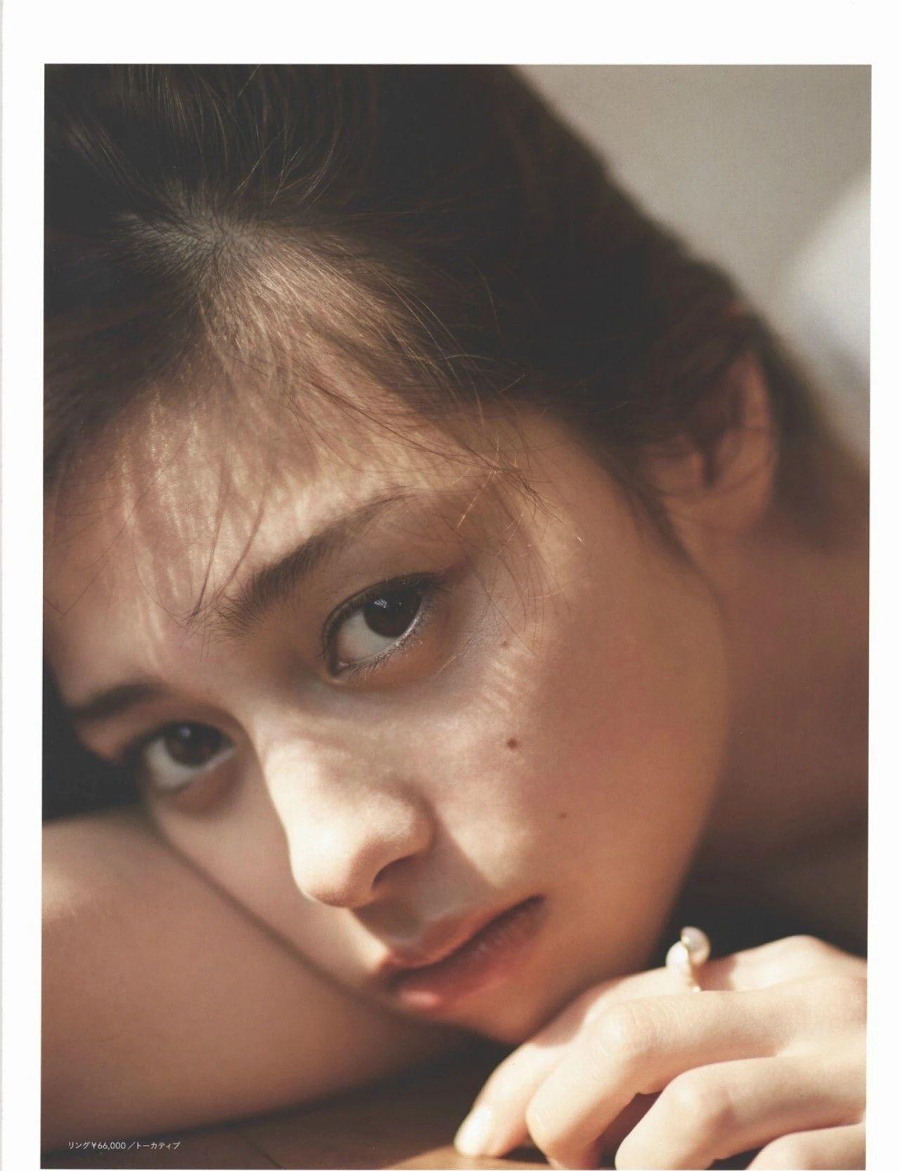 女性最想要的混血颜并且有彩妆种草机之称的中条彩未写真作品 (52)