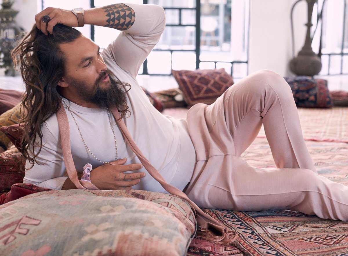 粉嫩嫩的《水行侠》!杰森摩莫亚就爱穿粉色:「粉红色很美,我穿一样MAN炸」-MP4吧
