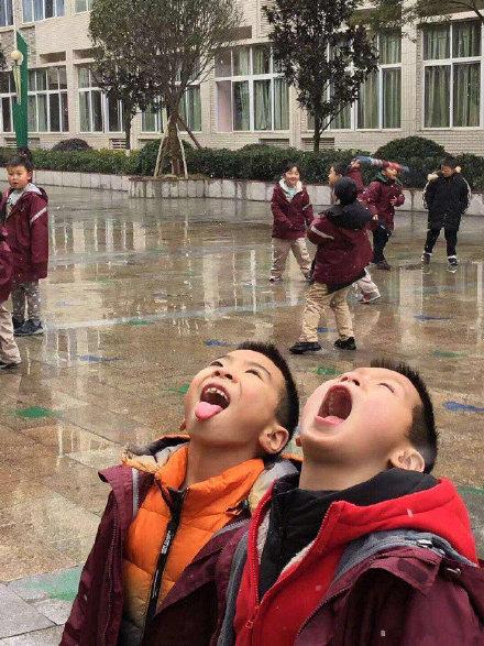 搞笑图片当小孩看见雪..... 你小时候这样干过吗