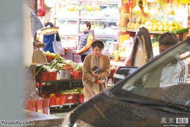 张家辉在外忙 贤妻关咏荷冒雨赴菜市场买水果[8P]
