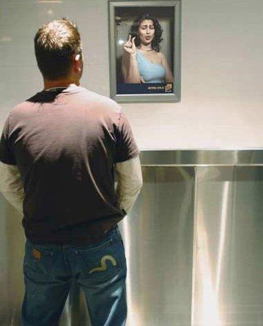 厕所里挂张这样的画像是什么意思呢?起码让人浑身不自在啊~