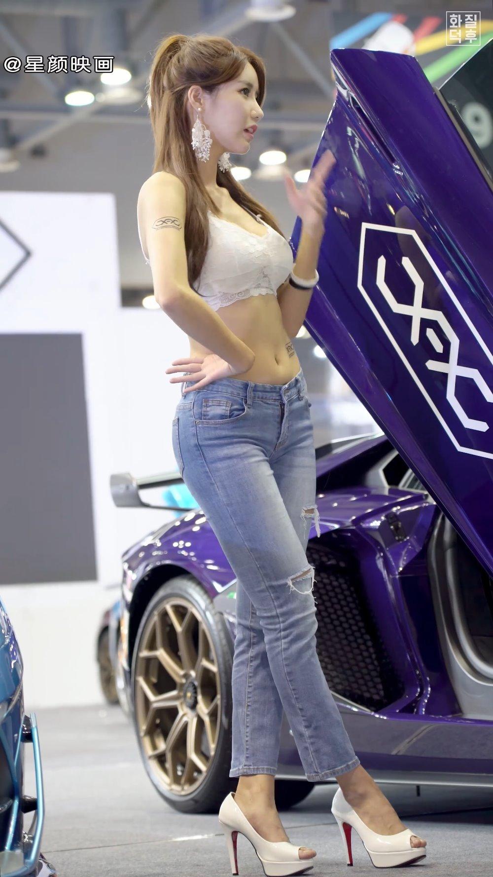 韩国美女车模林率雅牛仔裤白色抹胸,颜值美身材完美,妩媚动人的女子啊