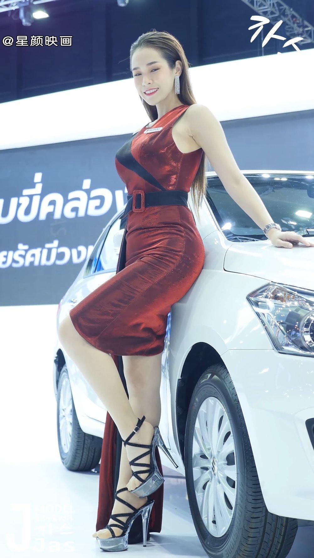2019泰国车展现场,车模小姐姐头发往后梳,颜值高,好看又帅气