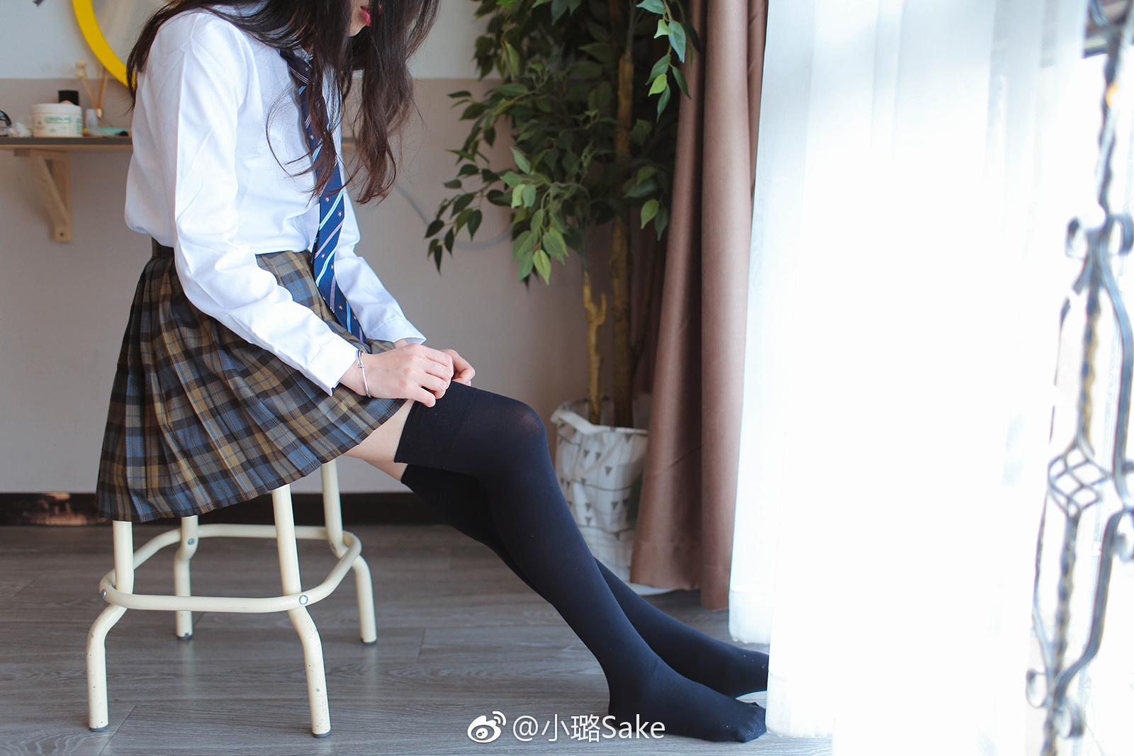 三角裤和丝袜的学生妹诱惑。