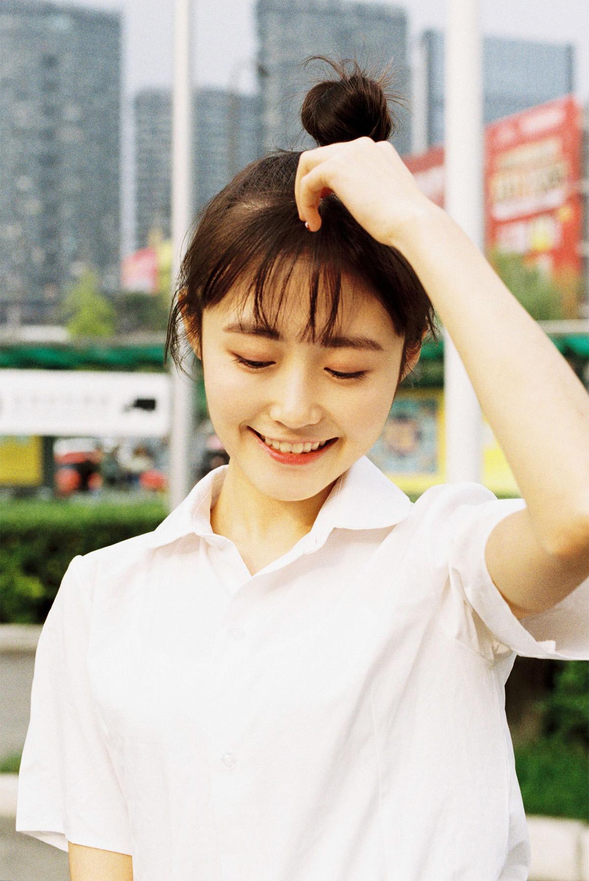 少女的笑容比阳光还温暖