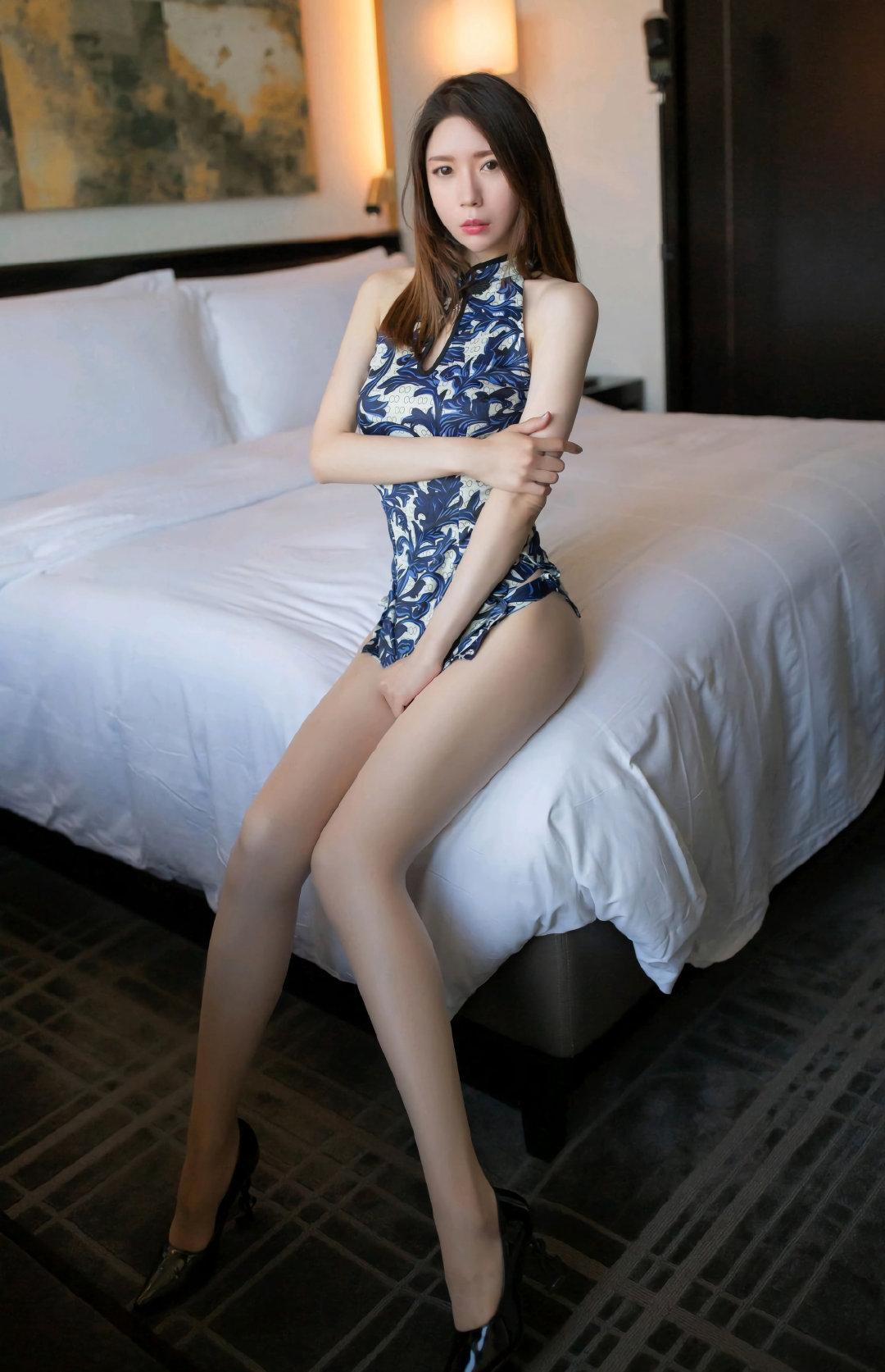 性感的青花瓷超短旗袍