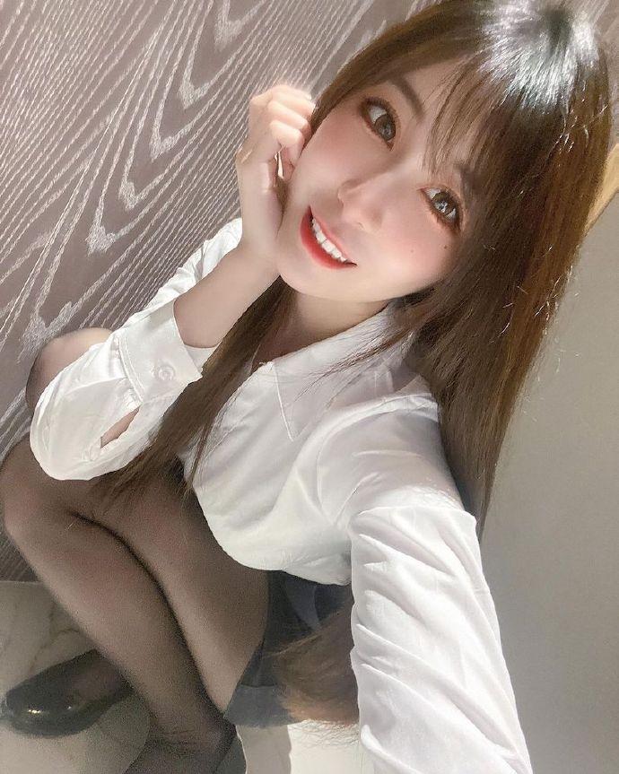 房地产代销正妹「黛黛DaiDai」衬衫照好辣,迷人的上班造型粉丝都心动!-新图包