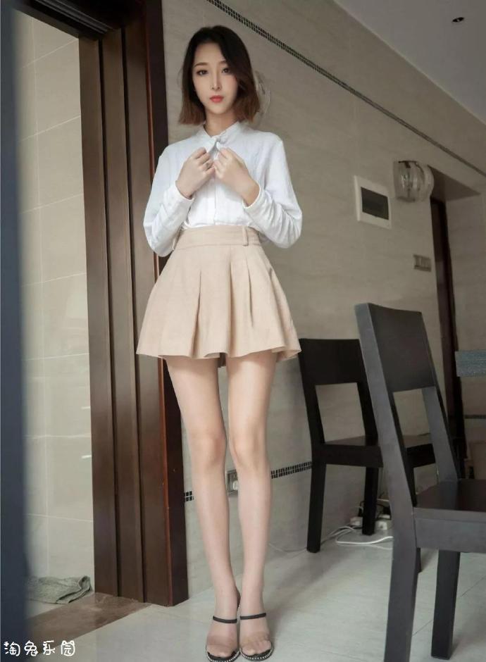 美腿:短裙配衬衫,没人顶得住