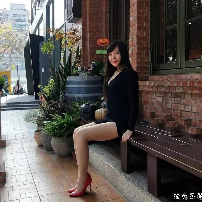 美腿:漂亮小脚丫与丝袜的优雅