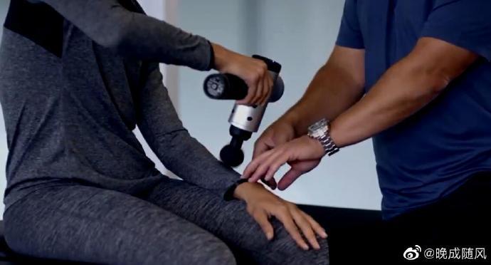 使用筋膜枪处理手臂前的肌肉