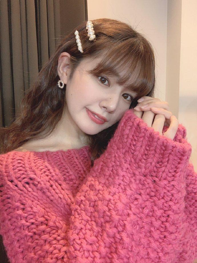 日本妹子纷纷穿起毛衣拍照 2月10日针织衫日