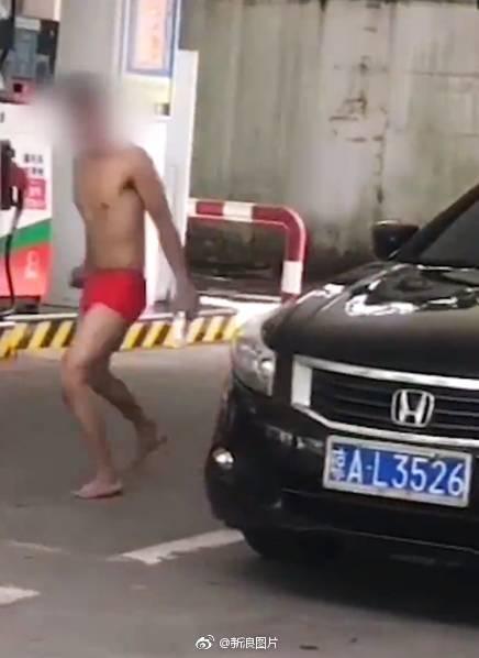 男子穿内裤砸车蹦迪,自称被附体